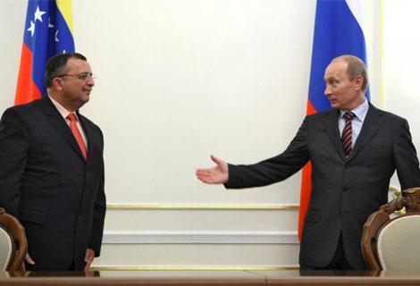 El renunciante vicepresidente de Venezuela, Ramón Carrizález junto a Vladimir Putin (D).| Efe