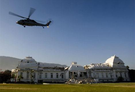 Un helicóptero estadounidense sobrevuela el Palacio Presidencial de Haití.| Efe