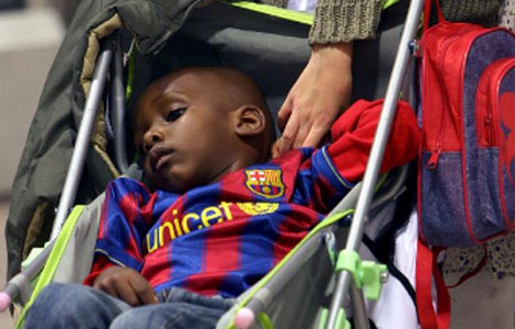 Un niño adoptado tras llegar a Barcelona. | Efe