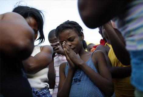 Los jóvenes haitianos rezan por un futuro mejor.| AP