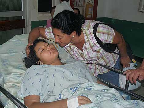 La madre de Yésica Johana besa a su hija tras la operación. | Francisco Argüello