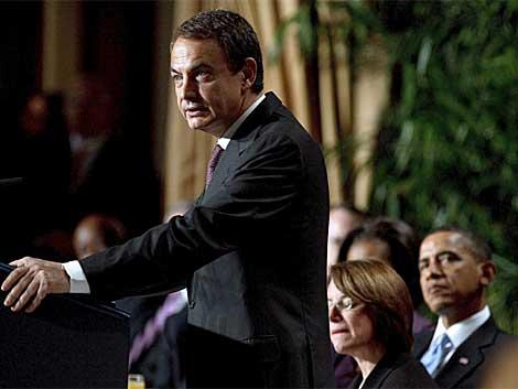 Barack Obama escucha al presidente del Gobierno español.   Efe