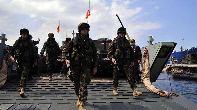 Un grupo de soldados españoles desembarca en el puerto de Petit Goave. | Efe