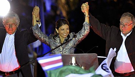 Laura Chinchilla, entre sus colegas de partido Alfio Piva y Luis Liberman. Efe