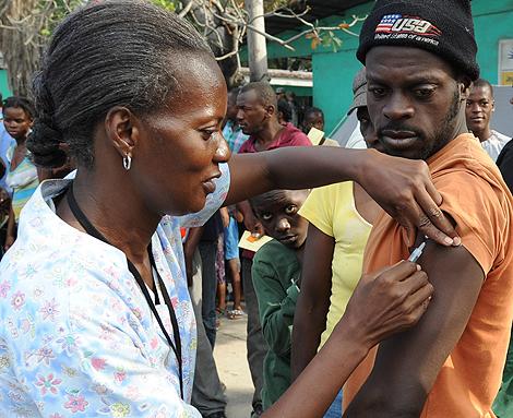 Un haitiano es vacunado en Puerto Príncipe. | AFP