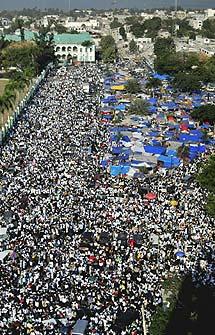 Miles de haitianos en la plaza central de Puerto Príncipe. | Efe