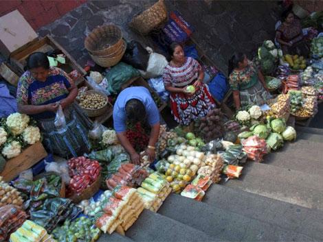 Un grupo de mujeres guatemaltecas vendiendo fruta y verdura. | Reuters