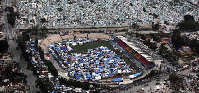 Vista aérea de las tiendas de campaña que invaden Puerto Príncipe tras el terremoto. | Reuters