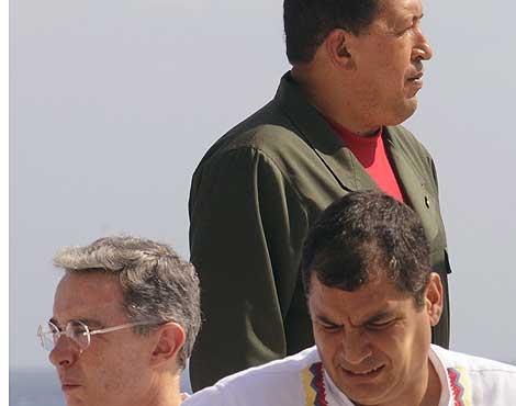 Chávez (c), detrás de Álvaro Uribe (i) y Rafael Correa (d).   Efe