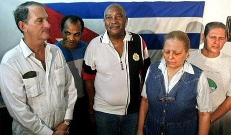 Orlando Zapata, segundo por la izquierda, en una rueda de prensa en La Habana en 2003
