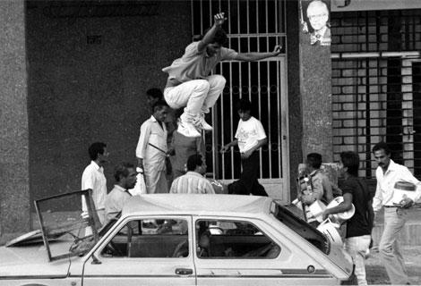 Un hombre salta sobre un coche durante el 'Caracazo'.   Archivo