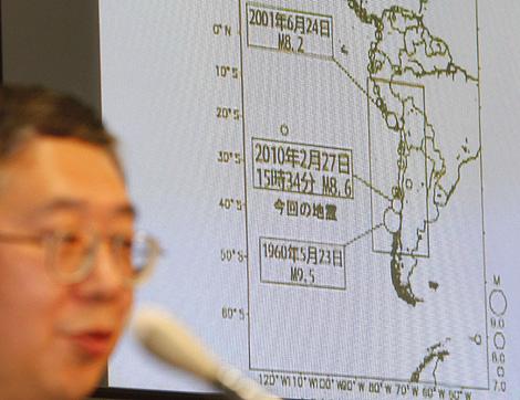 Un funcionario de la Agencia Meteorológica de Japón muestra la gráfica del terremoto registrado en Chile. | AP