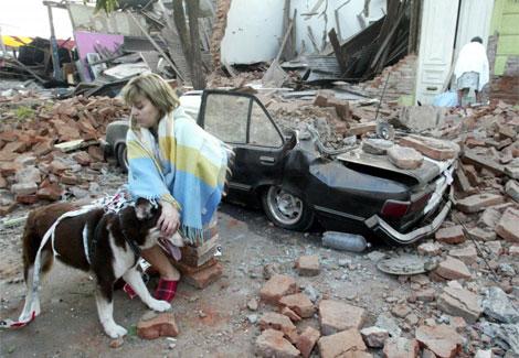 Una mujer rodeada por el desastre tras el terremoto.   ap