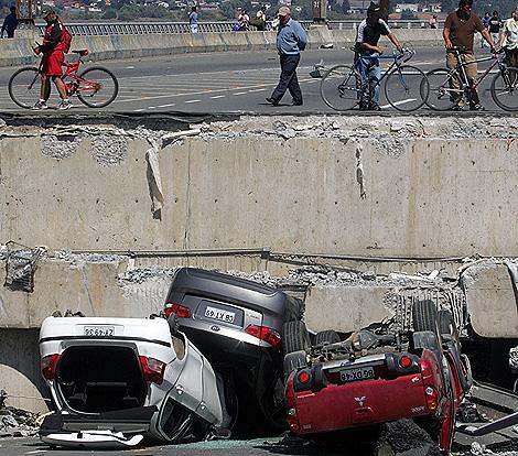 El 'Puente Viejo' de Bio Bio quedó destruido por la fuerta sacudida del seísmo. | Afp