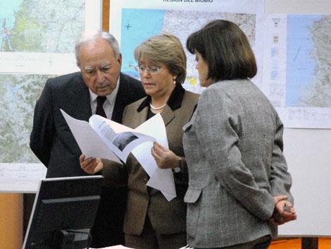 La president Michelle Bachelet y la directora de la Oficina Nacional de Emergencia (ONEMI), Carmen Fernández.