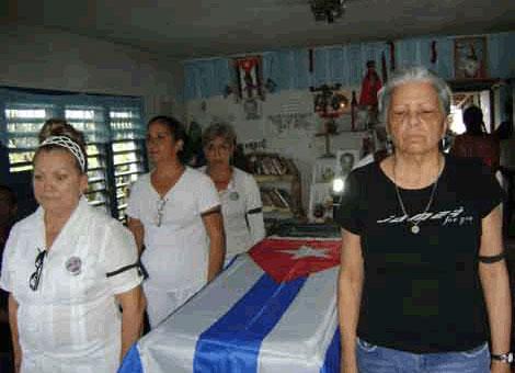 Martha Beatriz (D) al lado del féretro de Orlando Zapata, y junto a varias Damas de Blanco. | IG