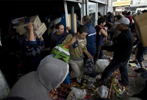 Una multitud saquea un supermercado en Concepción. | Efe