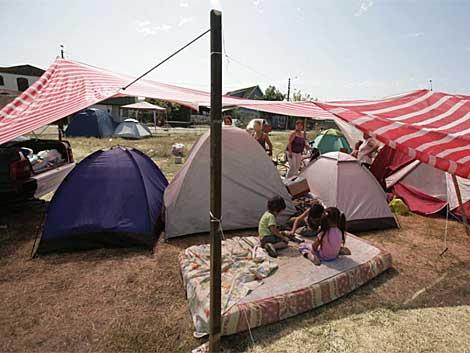 Niños refugiados juegan en campamento improvisado. | Reuters