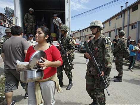 Soldados chilenos supervisan la distribución de alimentos en Concepción. | Reuters