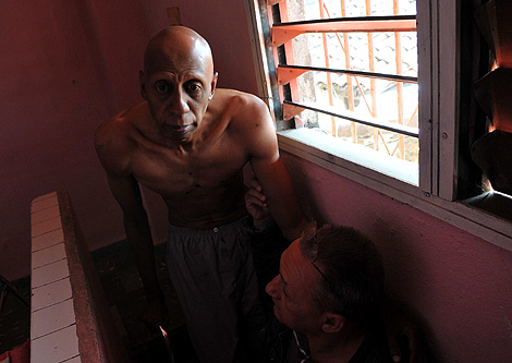 Fariñas, en su casa, durante la huelga de hambre. | Efe