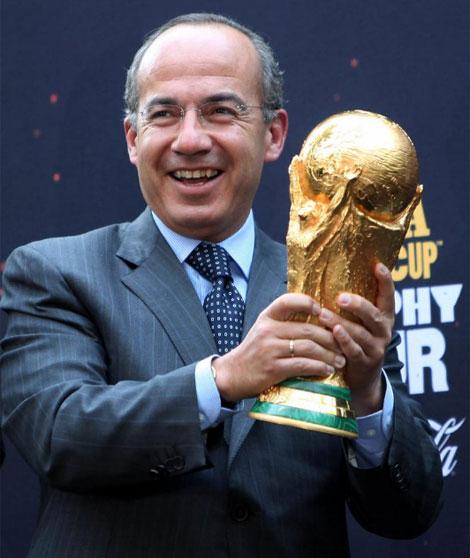 El presidente Felipe Calderón levanta el trofeo de la Copa del Mundo. | Efe