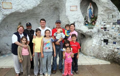 La familia de españoles en la hermita de la iglesia de Lota. | J.B.