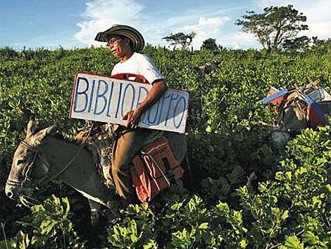 Luis Soriano en su 'biblioburro'.   Ministerio de Cultura de Colombia