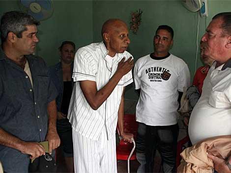 Un grupo de opositores conversa con el disidente cubano en huelga de hambre Guillermo Fariñas. | Efe