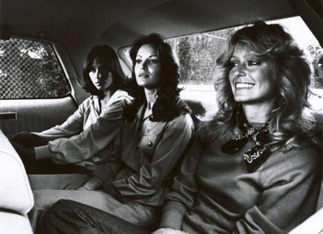 Farah Fawcett (D) en una foto de archivo con sus compañeras de los 'Ángeles de Charlie'.