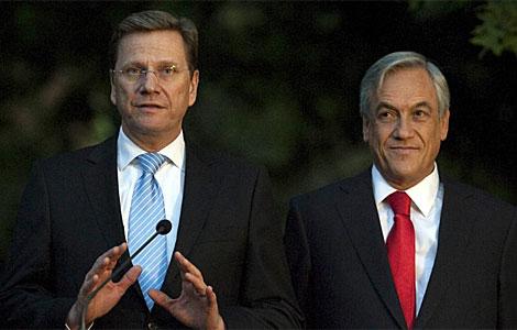 Sebastián Piñera (d) escucha al ministro de Exteriores alemán, Guido Westerwelle.   Efe