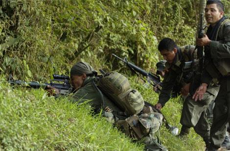 La policia colombiana durante un combate con las FARC en una zona rural del Cauca. | Efe