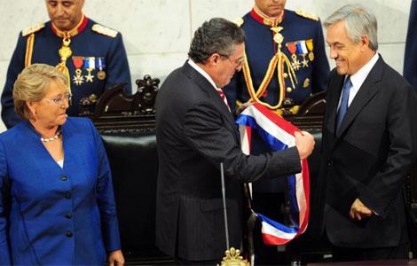 Sebastian Piñera recibe la banda presidencial.   AFP