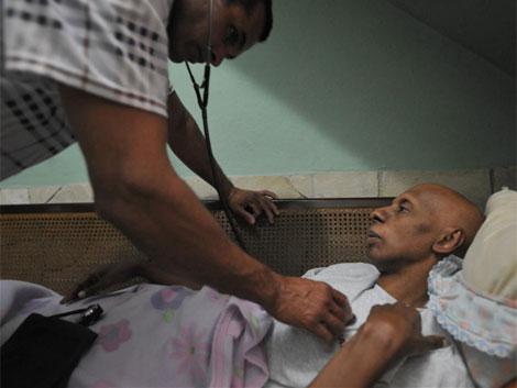 El opositor cubano es atendido por un médico. | AFP
