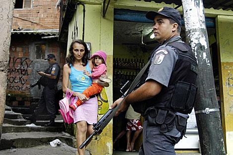 Un policía patrulla en la favela Rocinha, en Río de Janeiro. | AP