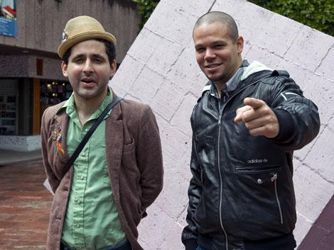"""Eduardo Cabra , 'Visitante', y Réne Pérez, 'Residente', presnetan su documental """"Sin Mapa"""" en una conferencia de prensa en México en febrero del 2010.  AFP"""