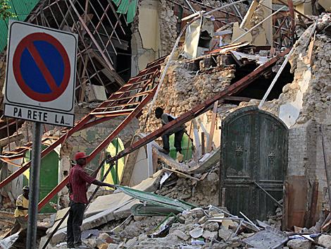 Obreros en la reconstrucción de la sede del Ministerio de Exteriores en Puerto Príncipe. | Reuters