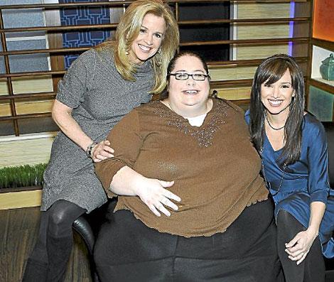 Donna Simpson posa con dos periodistas. | AP