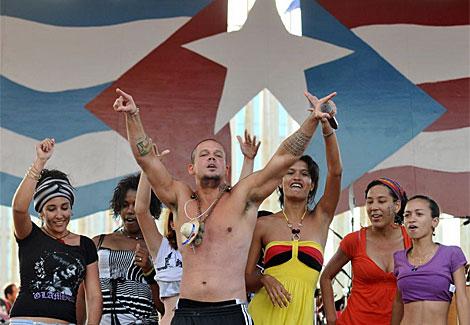 'Residente' baila durante el concierto con un gupo de cubanas.   Efe