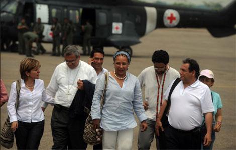 La senadora Piedad Córdoba y la comitiva que participará en la liberación. | AFP