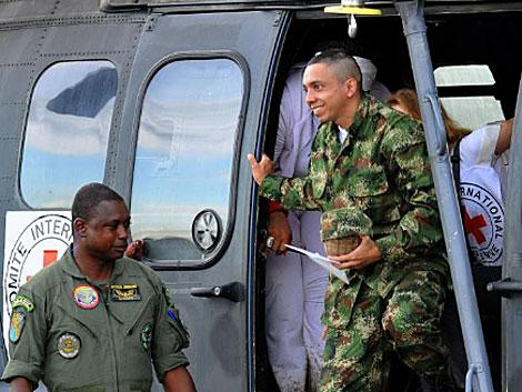 El sargento Moncayo a su llegada al aeropuerto de Florencia. | AFP