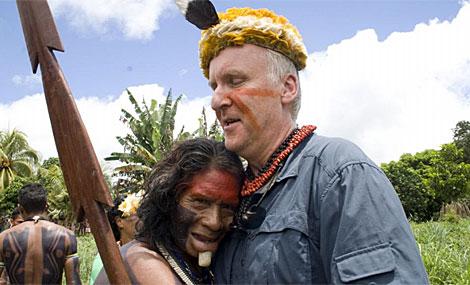 Jame Cameron posa con un aborígen del Amazonas. | Efe