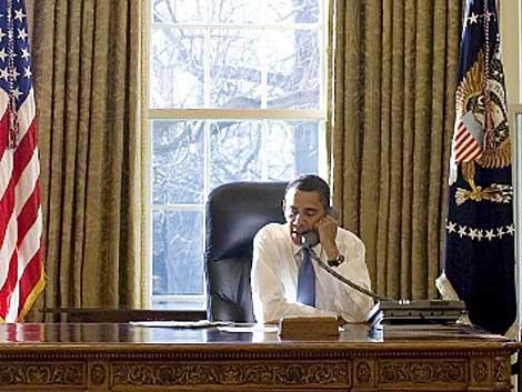 Barack Obama habla por teléfono en el Despacho Oval. | AFP