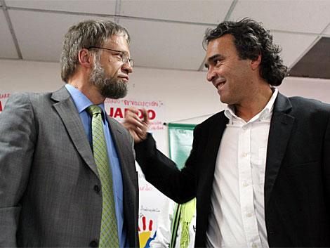 Antanas Mockus habal con su fórmula vicepresidencial, Sergio Fajardo.   AP