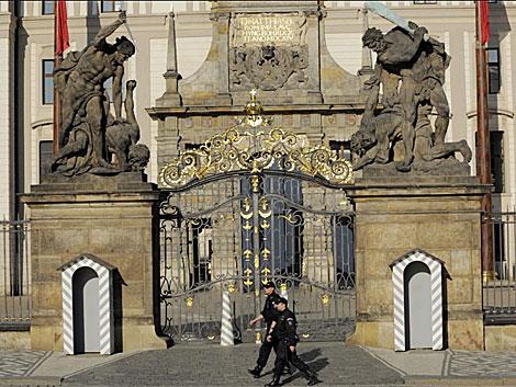 Ultiman la seguridad en el Castillo de Praga antes de la firma del tratado. | AP