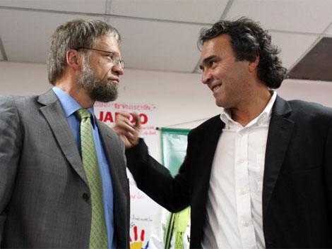 Mockus (izq.) y Fajardo ultiman detalles de su alianza.   AP