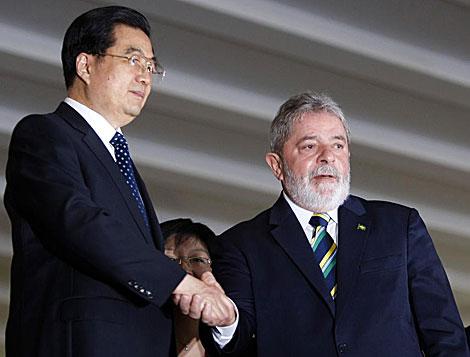 Hu Jintao y Lula da Silva, antes de la cumbre de los BRIC en Brasilia. | Reuters