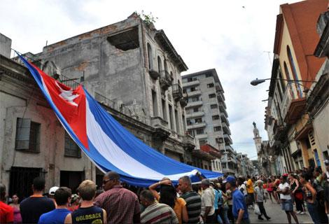 Decenas de partidarios del Gobierno cubano rodean la casa de la líder de las Damas de Blanco.   Efe