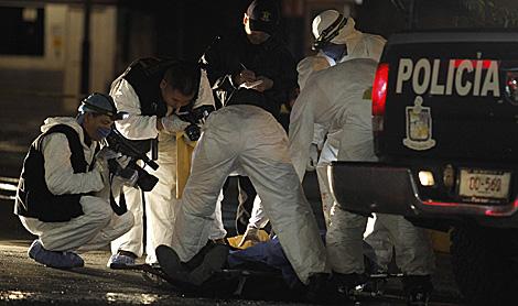 Un policía de Monterrey ha sido otra de las víctimas del crimen organizado, anoche. | Reuters