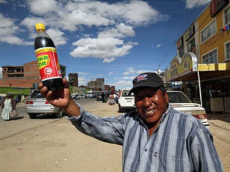 Jorge con una botella de refresco de coca. | Jorge Barreno
