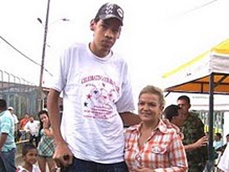 Asdrúal Herrera junto a su madre.   Foto: La Nación.